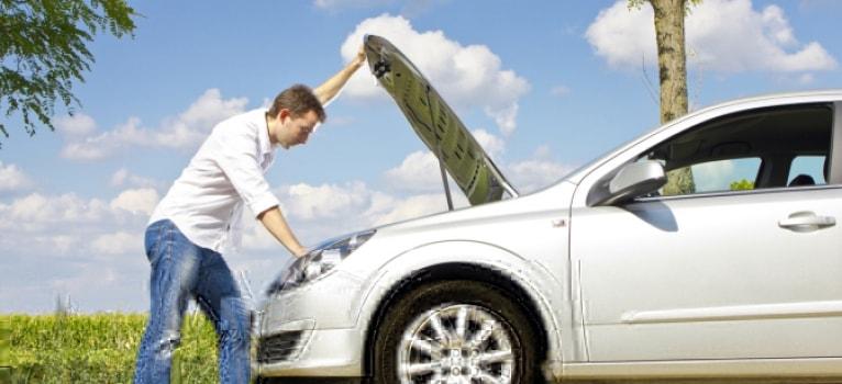 Manías al conducir que afectan a tu coche
