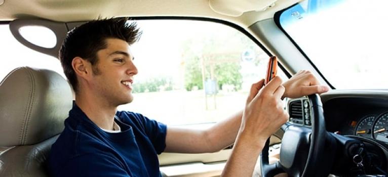 ¿Debo incluir a mi hijo en el seguro de coche si a veces conduce?