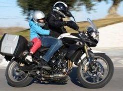 ¿Cómo llevar a un niño en una moto?